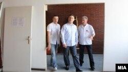 """Премиерот Никола Груевски во посета на Градската општа болница """"8 Септември"""" во Скопје."""