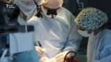 Відомий дитячий нейрохірург Джеймс Рутка рятує життя українським дітям (відео)