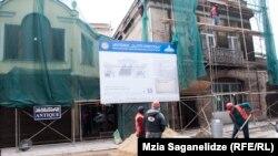 Процесс очень напоминает реабилитацию другой части Агмашенебели, осуществленную еще при прошлых властях. На носу опять выборы, сроки выполнения работ крайне сжаты, а большинство проектов оставляет желать лучшего