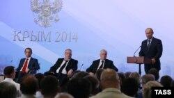 Vladimir Putin (djathtas) në bisedë me ligjvënësit në Krime
