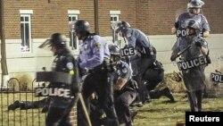 Policia amerikane gjatë një aksioni