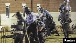 Pamje e një aksioni të pjesëtarëve të policisë amerikane