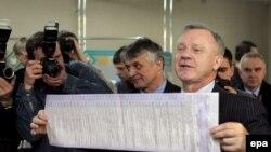 Бюлетень на виборах 2006 року з 45 партіями і блоками був довжиною 80 сантиметрів