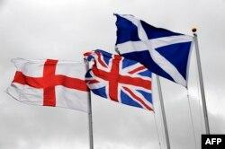 از راست: پرچم اسکاتلند، پرچم پادشاهی متحده بریتانیا (برگرفته از پرچم سرزمینهای متحد) و پرچم انگلستان