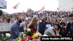 Mii de oameni participă la mitingul din 15 august. Depunere de flori la locul unde ar fi decedat una dintre victime