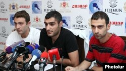 Члены инициативы «Нет грабежу!» во время пресс-конференции, Ереван, 28 августа 2015 г.