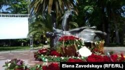 Сегодня утром руководители Абхазии возложили цветы к памятнику махаджирам на набережной