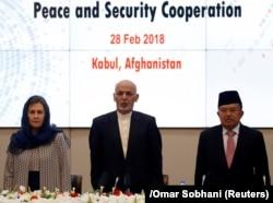 Ауғанстан президенті Ашраф Ғани (ортада), оның зайыбы Рула Ғани (сол жақта) және Индонезия вице-президенті Мұхаммад Жусуф Калла бейбітшілік пен қауіпсіздік мәселелері жөніндегі жиында. Кабул, 28 ақпан 2018 жыл