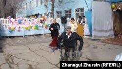 Тұрақты баспанасы жоқ адамдар үшін әлеуметтік бейімдеу орталығындағы Наурыз тойына дайындық. Ақтөбе, 21 наурыз 2013 жыл.