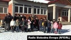 Родители и ученици од селото Горно Строгомиште во Општина Зајас пред неизграденото училиште.