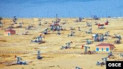 Нефтяные платформы на побережье Каспийского моря близ Баку. Сентябрь 2013 года.