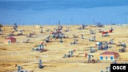 Нефтяные платформы на берегу Каспия близ Баку.