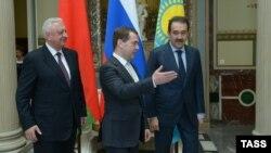 Premierul rus Dmitri Medvedev (centru), premierul belarus Mihail Miasnikovici (stânga) şi premierul kazah Karim Masimov, Moscova, 15 aprilie 2013