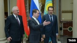 Russia -- Prime Minister Dmitry Medvedev (C) meets with his Belarusian and Kazakh counterparts Mikhail Myasnikovich (L) and Karim Masimov in Moscow, April 15, 2013