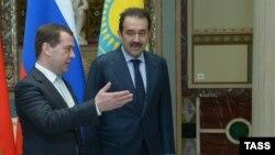 Ресей премьері Дмитрий Медведев (сол жақта) пен Қазақстан үкімет басшысы Кәрім Мәсімов. Мәскеу, 15 сәуір 2013 жыл.