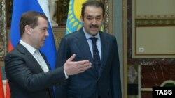Премьер-министр России Дмитрий Медведев (слева) и премьер-министр Казахстана Карим Масимов.