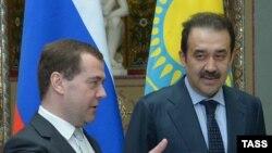 Председатель правительства России Дмитрий Медведев (слева) и премьер-министр Казахстана Карим Масимов.