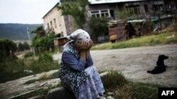 Жыхарка грузінскага гораду Горы плача каля руін свайго дому, разбуранага расейскімі бамбаваньнямі. 23 жніўня 2008 году.