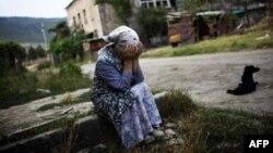 Жительница грузинского города Гори плачет около руин своего дома, разрушенного российскими бомбардировками. 23 августа 2008 года