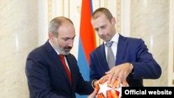 Премьер-министр Армении Никол Пашинян (слева) и президент УЕФА Александер Чеферин, Ереван, 5 сентября 2019 г.