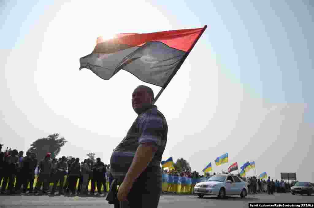 Под Киевом крестный ход встречали около 200 украинских активистов