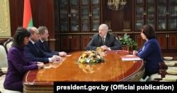 Міністар лясной гаспадаркі Віталь Дрожжа (трэці зьлева) падчас прызначэньня ў Лукашэнкі, 5 сакавіка