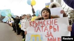 Участники антивоенного митинга в крымском селе Ескисарай близ Симферополя. 10 марта 2014 года.