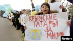 На антивоенной демонстрации в селе Ескисарай вблизи Симферополя. 10 марта 2014 года.