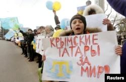 Қырым татарлары әскери басқыншылыққа қарсы митинг өткізіп тұр. Симферополь, 10 наурыз 2014 жыл.