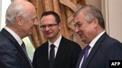 BMT-nin Suriya üzrə nümayəndəsi Staffan de Mistura (solda) və Putinin xüsusi nümayəndəsi Aleksandr Lavrentyev