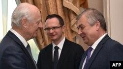 Специальный посланник Организации Объединенных Наций по Сирии Стаффан де Мистура (слева) и представитель России Александр Лаврентьев (справа). Астана, 3 мая 2017 года.