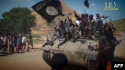 """""""Боко-Харам"""" на боевых машинах в одном из нигерийских селений, ноябрь 2014"""