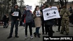 Участники акции в поддержку политузников