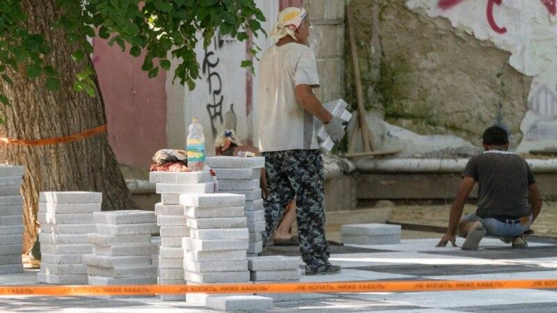 Ремонт во время аномальной жары: в Симферополе кладут плитку в Екатерининском саду (+фото)