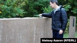 Японский гражданин поливает из бутылки саке на мемориальный камень на месте захоронения своих соотечественников, умерших в советском плену. Алматы, 19 сентября 2015 года.