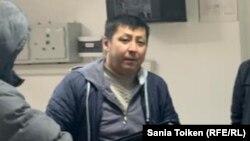 Гражданский активист Дулат Агадил в отделении полиции Целиноградского района в день своего задержания после бегства из ИВС. Село Акмол, Акмолинская область, 15 ноября 2019 года.