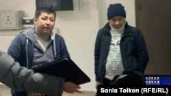 Гражданский активист Дулат Агадил (второй слева) в отделе полиции Целиноградского района. Село Акмол, Акмолинская область, 15 ноября 2019 года.