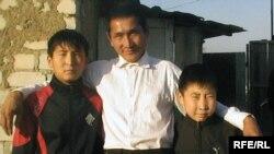 Мұрат Ниязов ұлдары Наурыз және Жеңіспен бірге өздері тұрып жатқан саяжай ауласында. Ақтөбе, қазан, 2009 ж.