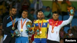 Паралимпия чемпиони Ўткиржон Нигматов (чапдан иккинчи) Рио де Жанейрода медал олган қўшни давлат спортчилари билан.