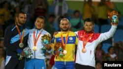 Paralimpiya chempioni O'tkirjon Nigmatov (chapdan ikkinchi) Rio de Janeyroda medal olgan qo'shni davlat sportchilari bilan.