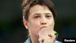 Екатерина Ларионова Рио олимпиадасының қола медалін сүйіп тұр. Бразилия, Рио-де-Жанейро, 18 тамыз 2016 жыл.