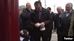 Глава Ингушетии Юнс-бек Евкуров отрезает помпон с шапки мальчика