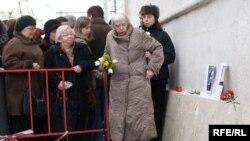 Во вторник люди приходили на Пречистенку почтить память Станислава Маркелова и Анастасии Бабуровой