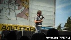 Владимир Плотка выступает перед севастопольцами у торгового центра «Муссон»