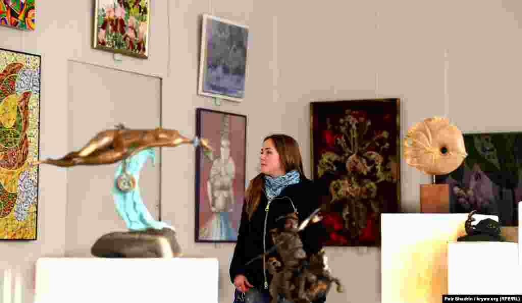 На виставці представлені і живописні полотна, і творіння скульпторів, а постійними відвідувачами експозицій є студенти сімферопольських вузів, які цікавляться мистецтвом
