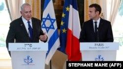 نخستوزیر اسرائیل (چپ) و امانوئل مکرون، رییسجمهوری فرانسه