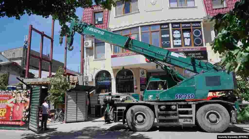 На початку вулиці Пушкіна, поруч з кінотеатром «Спартак», триває будівництво