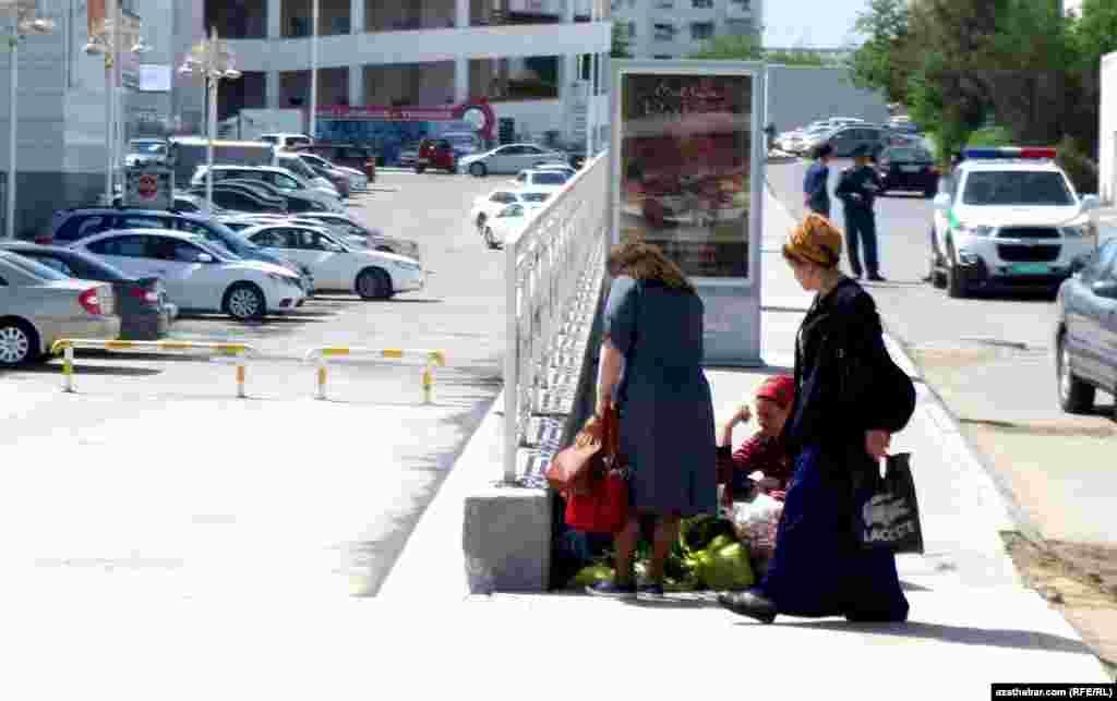 """Уличная торговля возле торгового центра """"15 лет независимости"""", Ашхабад."""