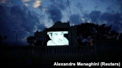Гаванадағы ғимарат сыртындағы экранда - Фидель Кастроның бейнесі. 24 қараша, 2017 жыл.
