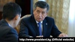 Президент Кыргызстана Сооронбай Жээнбеков (справа).